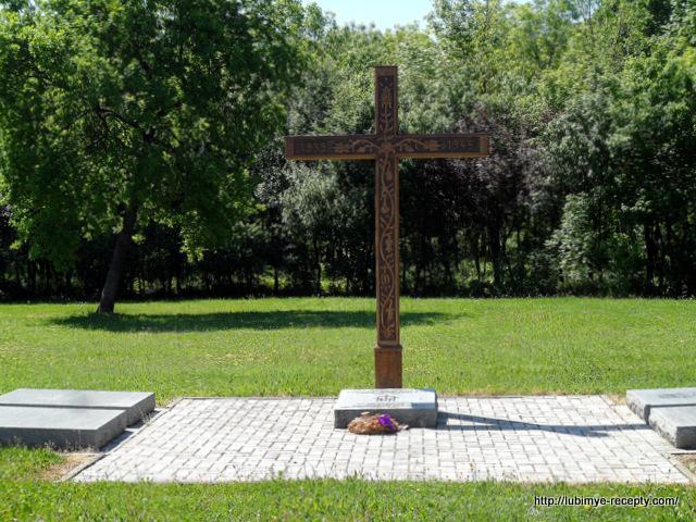 Венгрия, г.Сомбатхэй, военное кладбище, памятник немецким солдатам