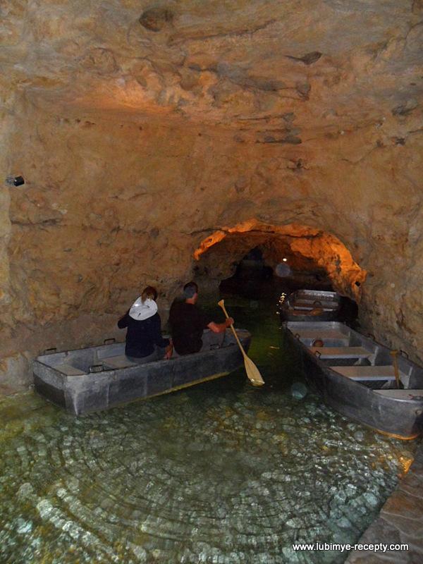 Венгрия.Таполца.Подземное озеро, туристы