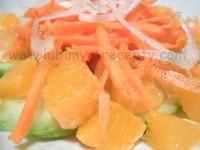 Итальянский салат из огурцов, моркови и апельсинов