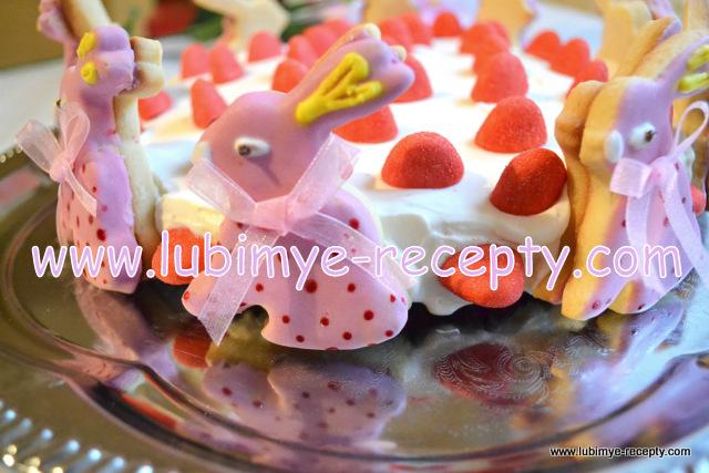 Malinovyj-tort-prizjor-s-pechenem-Pashalnye-martovskie-zajcy111