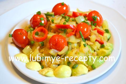 Тёплый овощной салат с авокадо и оливками