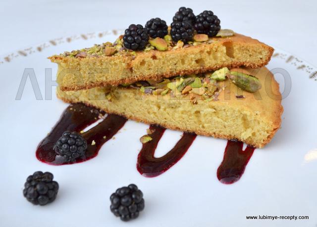 Фисташковый пирог с ежевикой и соусом