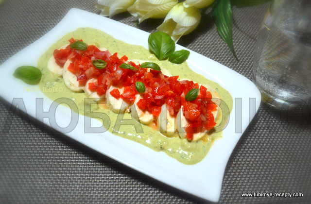 Моцарелла с салатом из перца и песто
