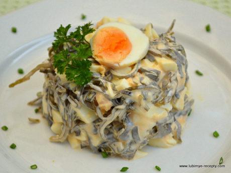 Рецепт вкусного салата с морской капустой и яйцом